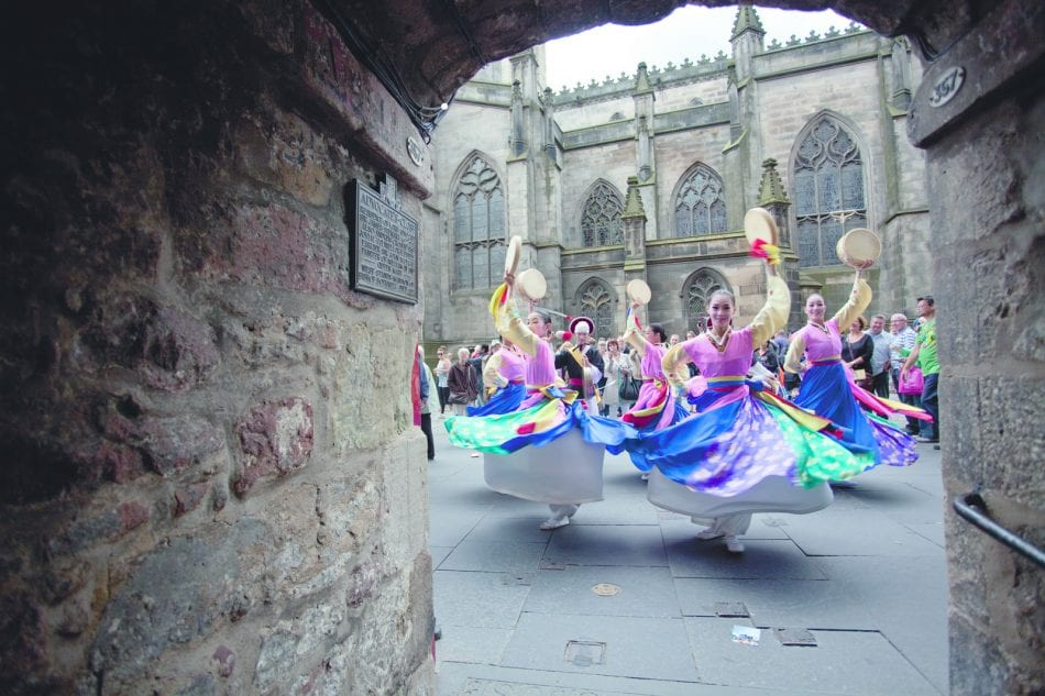 Dancers_on_the_High_Street_at_the_Edinburgh_Festival_Fringe_(credit_Edinburgh_Festival_Fringe)_original